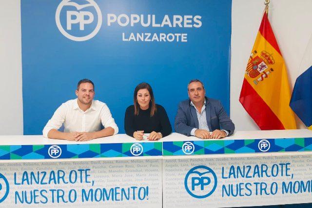 Jacobo Medina (izq), junto a Astrid Pérez y Ángel Vázquez, ayer jueves.