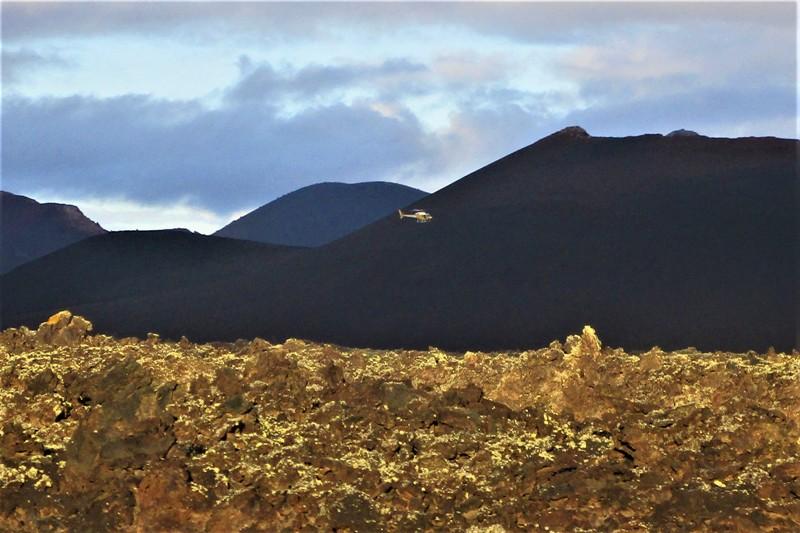 Un helicóptero graba escenas de la película Los Eternos en el entorno del Volcán del Cuervo.